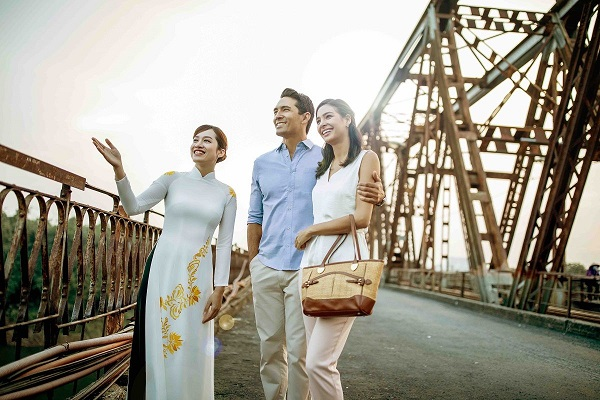 guests sightseeing near hanoi city hotel