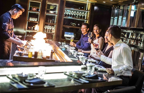 guests enjoying teppanyaki at intercontinental hanoi landmark72 hanoi luxury hotel