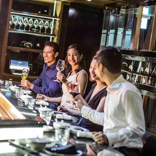 nhóm bạn thưởng thức ẩm thực sang trọng tại intercontinental hanoi landmark72 khách sạn 5 sao cao nhất hà nội