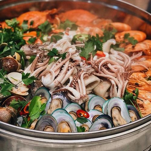 seafood buffet in Hanoi luxury hotel
