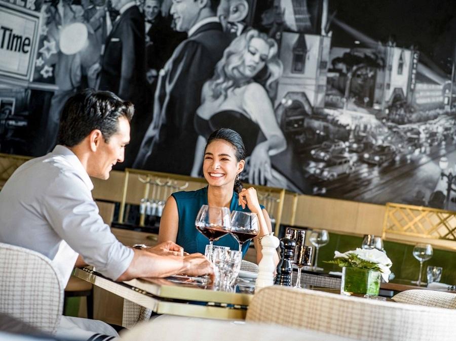 khách thưởng thức rượu vang tại nhà hàng sang trọng intercontinental hanoi landmark72 khách sạn 5 sao cao nhất hà nội