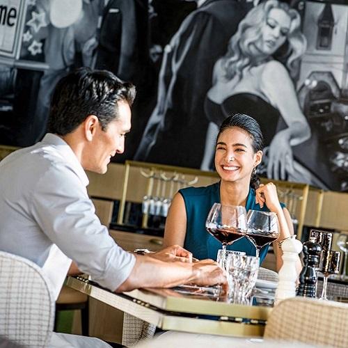 cặp đôi thưởng thức rượu vang tại nhà hàng sang trọng tại intercontinental hanoi landmark72 khách sạn 5 sao cao nhất hà nội