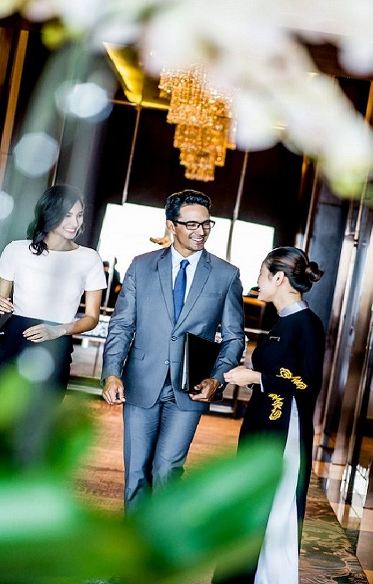 chào đón khách đến với intercontinental hanoi landmark72 khách sạn 5 sao sang trọng cao nhất hà nội