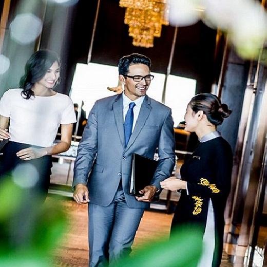 khách chào đón tới intercontinental hanoi landmark72 khách sạn 5 sao sang trọng cao nhất hà nội