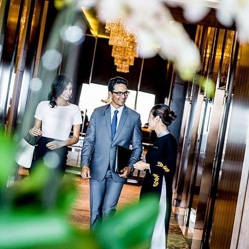 nhân viên chào đón khách đến trung tâm sự kiện intercontinental hanoi landmark72 khách sạn 5 sao sang trọng cao nhất Hà Nội
