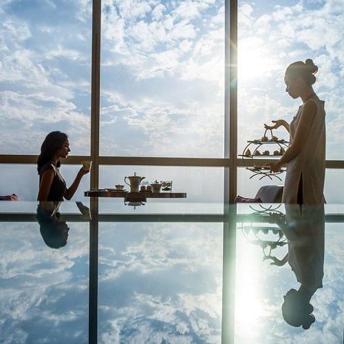 hai cô gái thưởng thức trà chiều tại intercontinental hanoi landmark72 khách sạn 5 sao sang trọng cao nhất hà nội