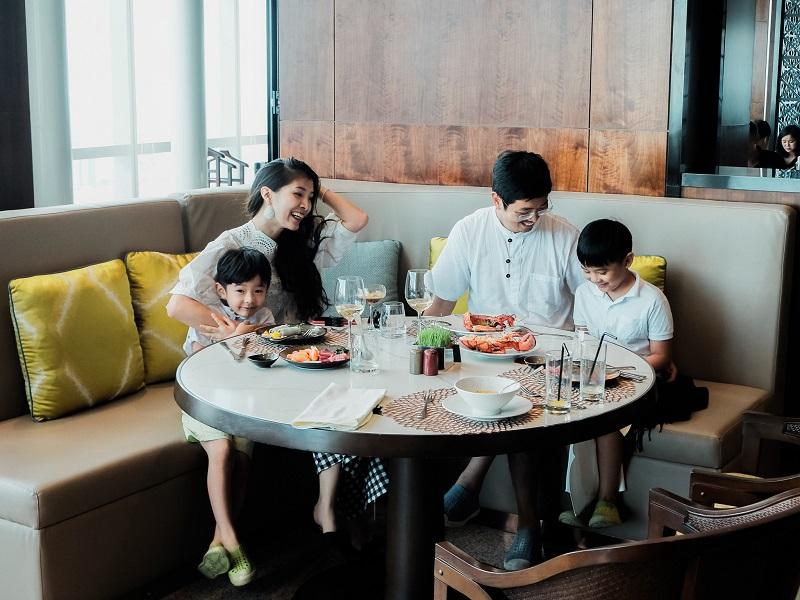 a family dining at Hanoi hotel restaurant