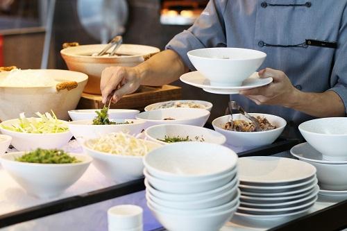 Phở tại quầy buffet sáng tại intercontinental hanoi landmark72 khách sạn 5 sao sang trọng cao nhất Hà Nội