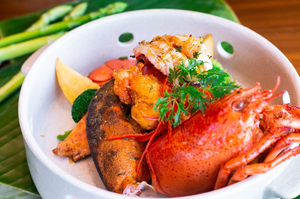 fried Canadian lobster with salted egg in Hanoi hotel restaurant