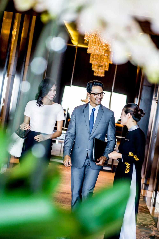 nhân viên chào đón khách đến intercontinental hanoi landmark72 khách sạn 5 sao sang trọng cao nhất hà nội