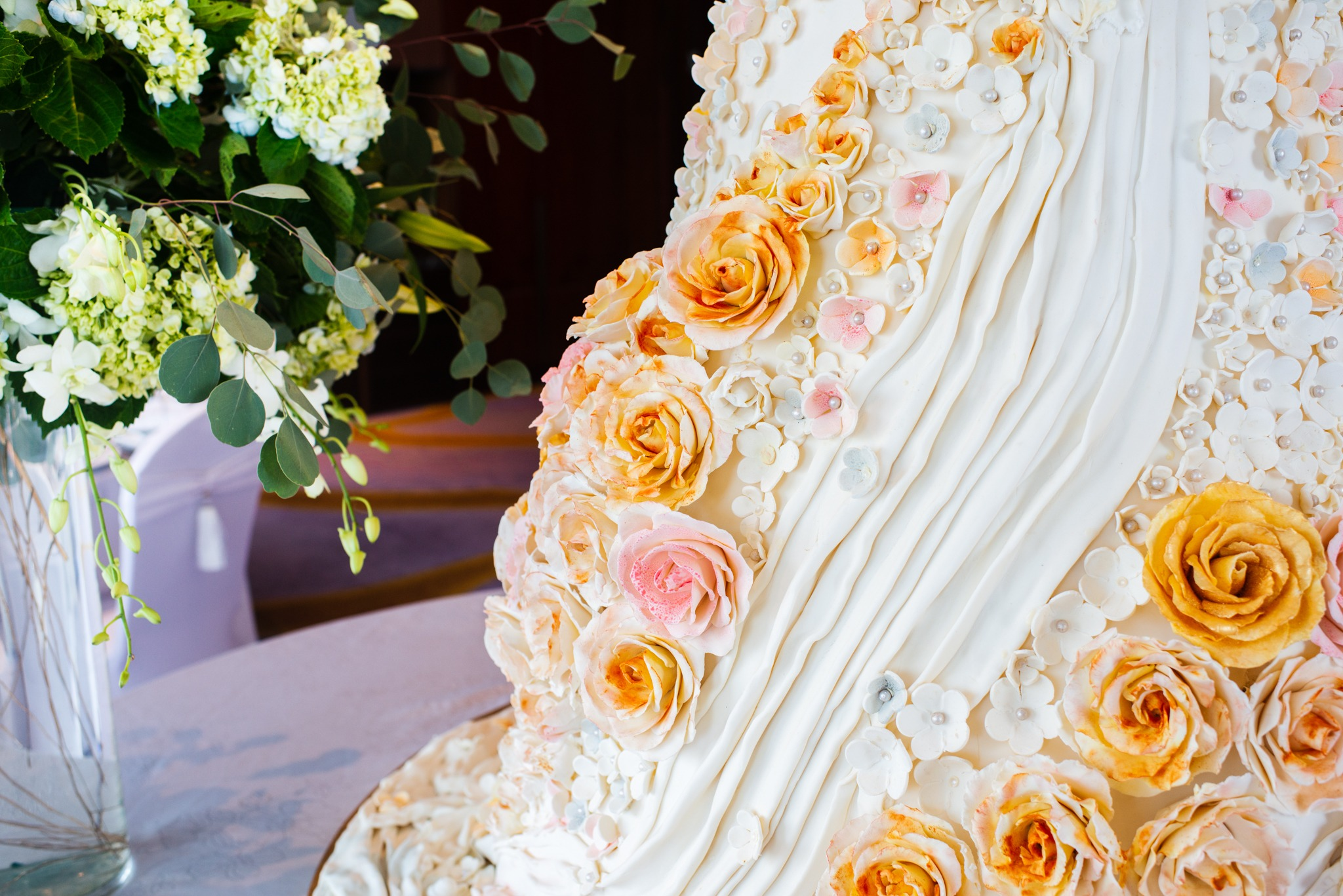 gorgeous wedding cake at luxury hanoi hotel