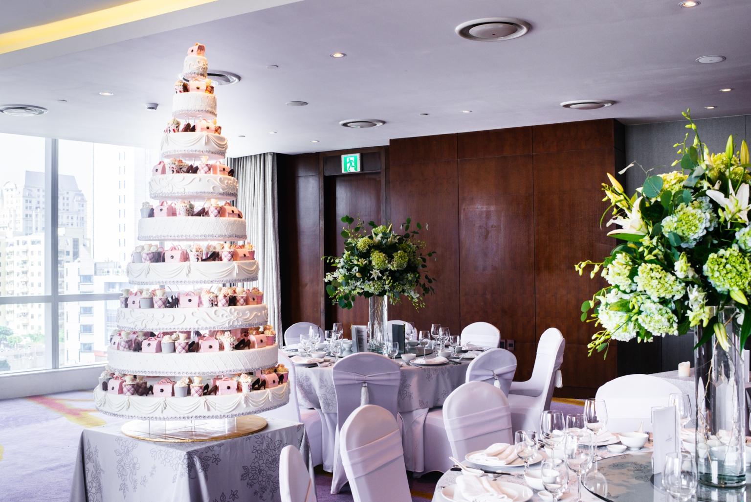 gorgeous wedding cake at luxury hanoi hotel