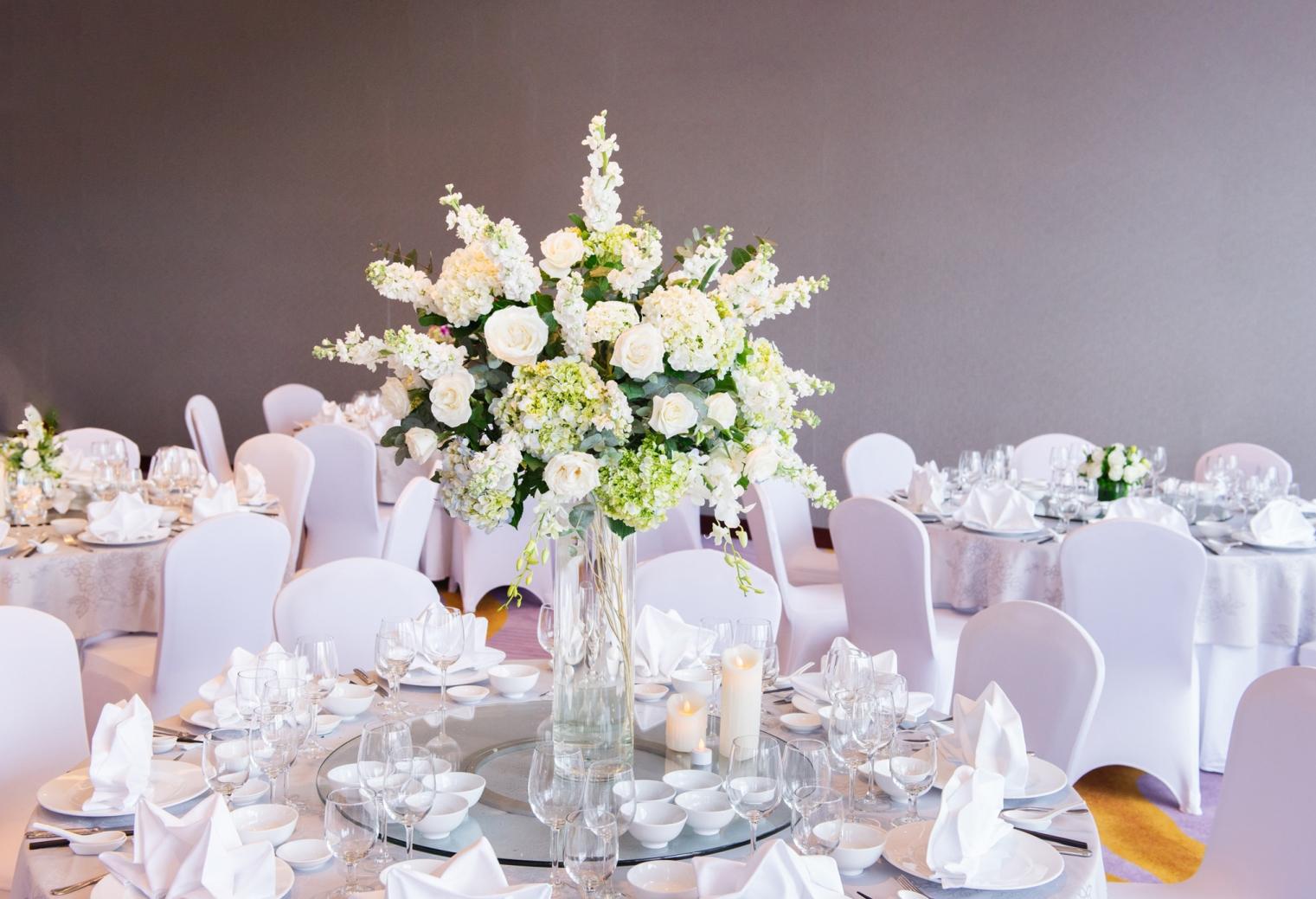 Hanoi wedding banquet table arrangement with white bouquet
