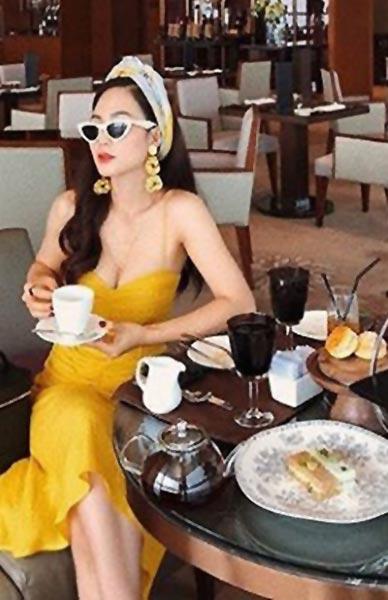 một phụ nữ thưởng thức trà chiều tại khách sạn ở Hà Nội
