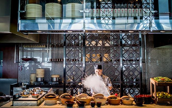 đầu bếp tại quầy buffet intercontinental hanoi landmark72 khách sạn 5 sao sang trọng tại hà nội