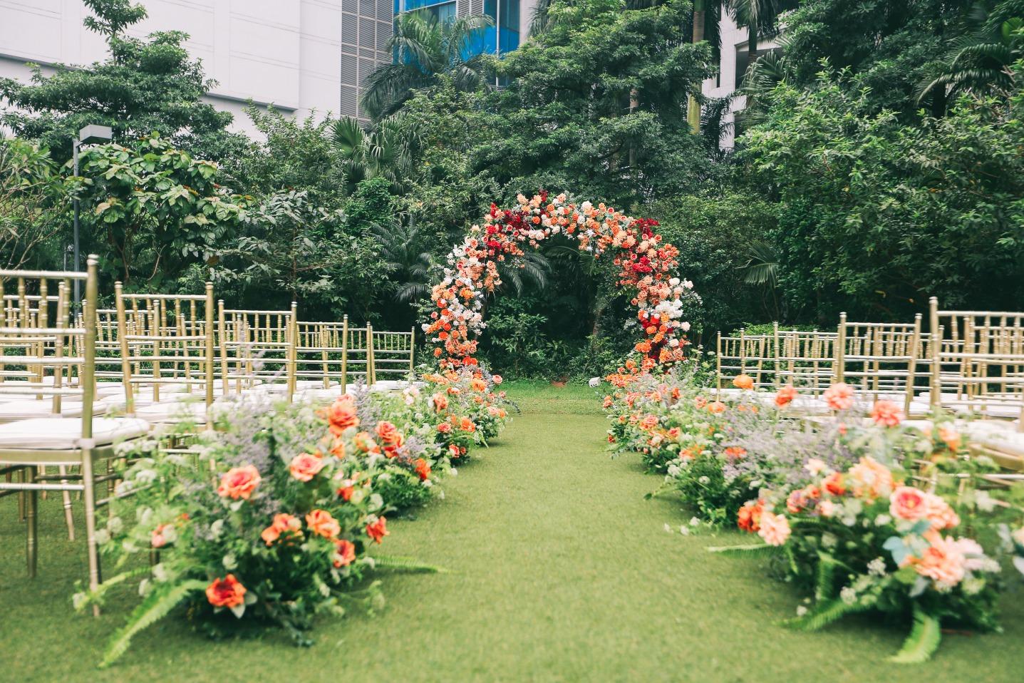 outdoor orange flower wedding decoration in Hanoi