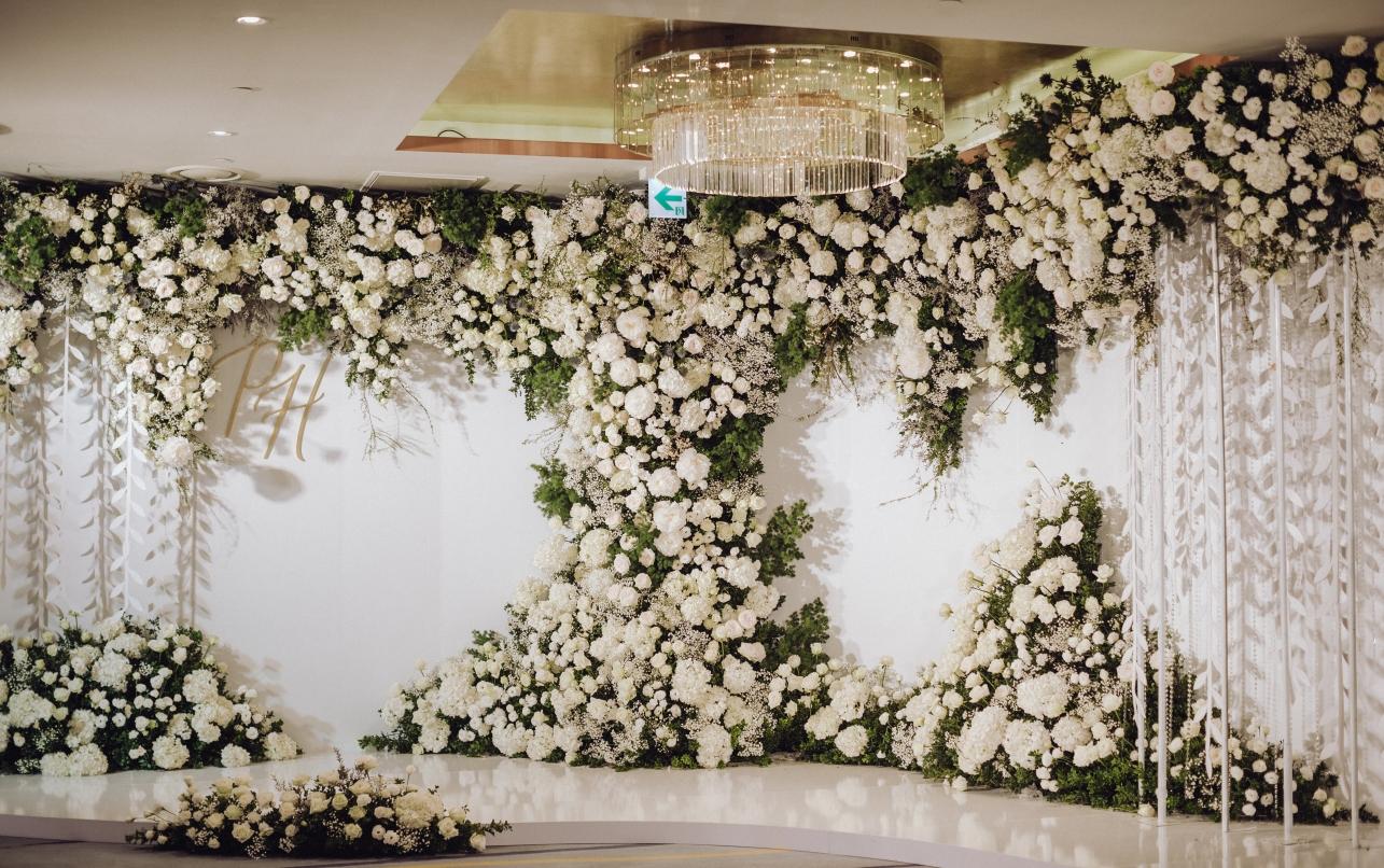 white flower backdrop for Hanoi weddings
